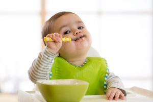 準定期品・頒布会で購入した野菜を食べる子ども