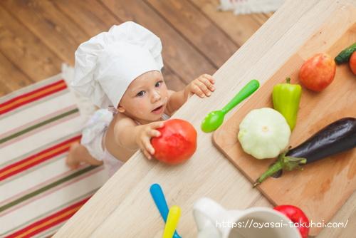 キッチンでママの料理のお手伝いする娘