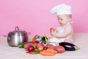 野菜を料理する赤ちゃん
