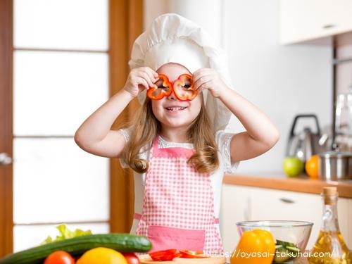 パプリカで遊びながら料理する女の子