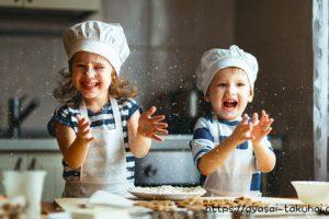キッチンでママのお手伝いをする子供