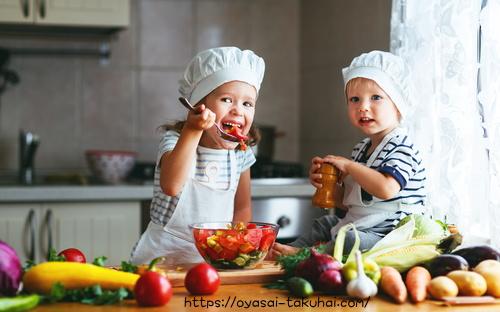 野菜サラダの味見をする幼児。らでぃっしゅぼーや、oisixを比較