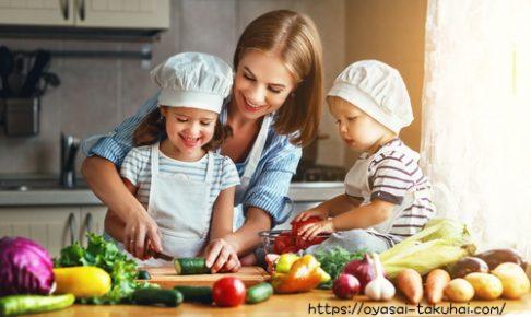 ママと一緒に料理する2人姉と弟