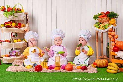 野菜をおいしそうに食べる1歳児