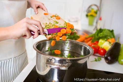 有機野菜をカットしてます